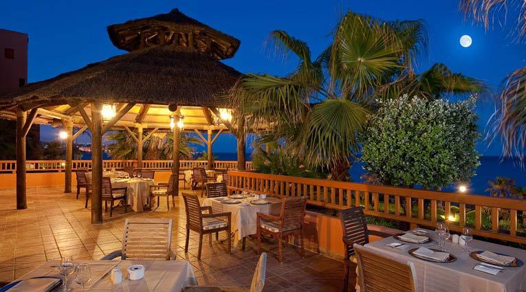 Repas en plein air face à la mer à l'Elba Estepona