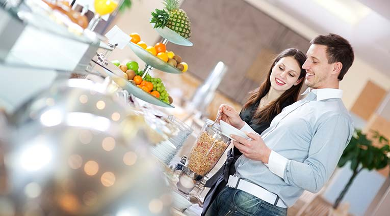 Pareja en el buffet Hotel Elba Vecindario