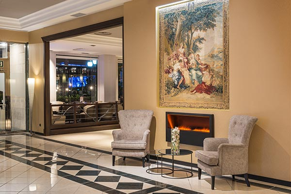 Zona con chimenea en el lobby