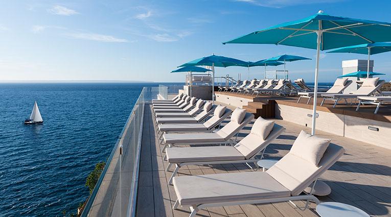 Tumbonas en la terraza de la piscina skypool con vistas al mar mediterráneo
