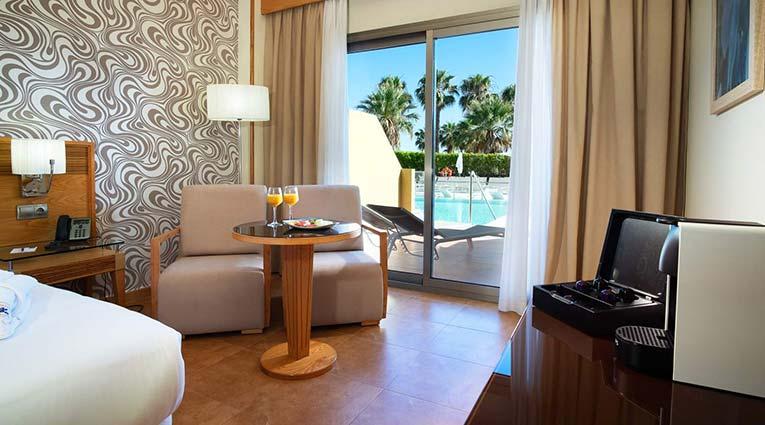 Vista del mobiliario de la habitación Swim Up