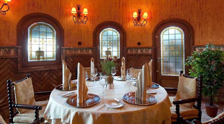 Geschmacksvoll eingerichtet und köstliche Gastronomie in Elba Estepona