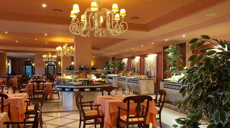 Reichhaltiges und verschiedenes Buffet des Hotels Elba Estepona
