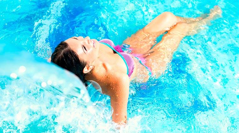 Mujer disfrutando del circuito de aguas