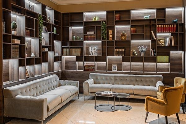 Biblioteca en el lobby del hotel