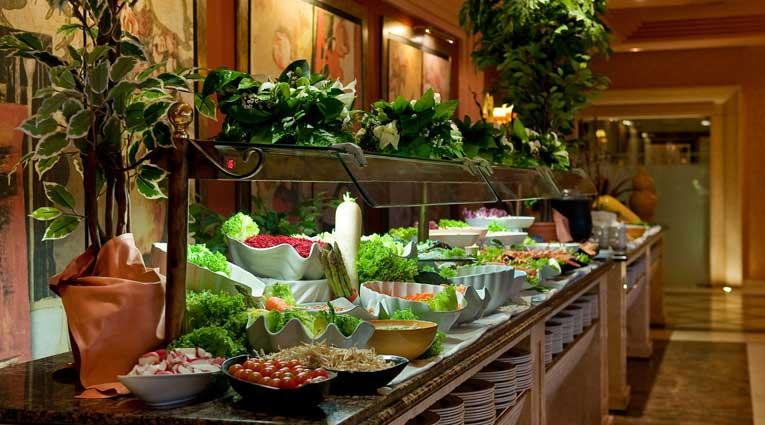 Amplia seleccion de platos frios y calientes en hotel Elba Estepona