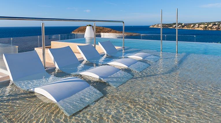 Tumbonas en zona de relax de la piscina skypool