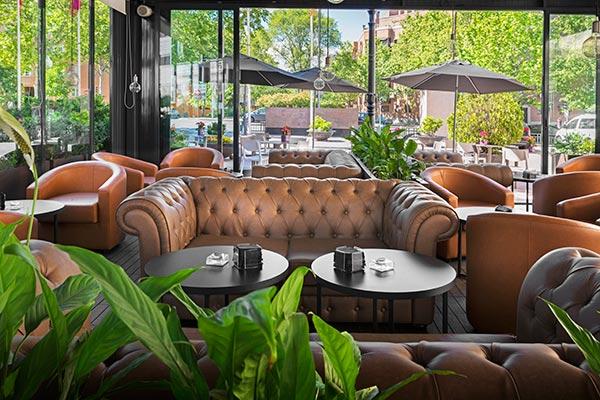 Sofás en la terraza bar del hotel