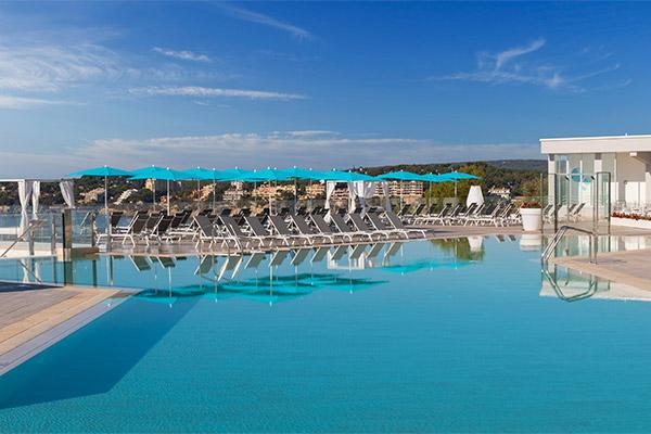 Vista de la piscina y de las tumbonas