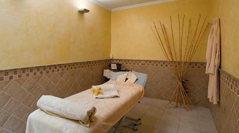 Breite Palette von Behandlungen und Massagen in dem Spa des Hotels Elba Estepona