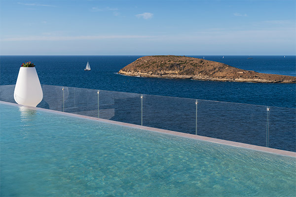 Vista de la isla de sa porrassa desde la piscina infinity
