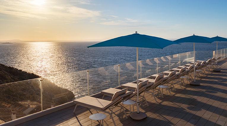 Tumbonas con vistas al mar mediterráneo