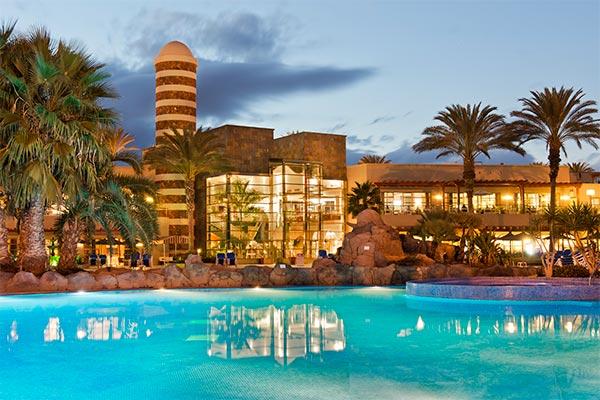 Vista atardecer del hotel desde la piscina