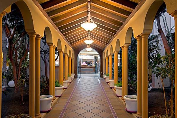 Recepción vista desde pasillo exterior