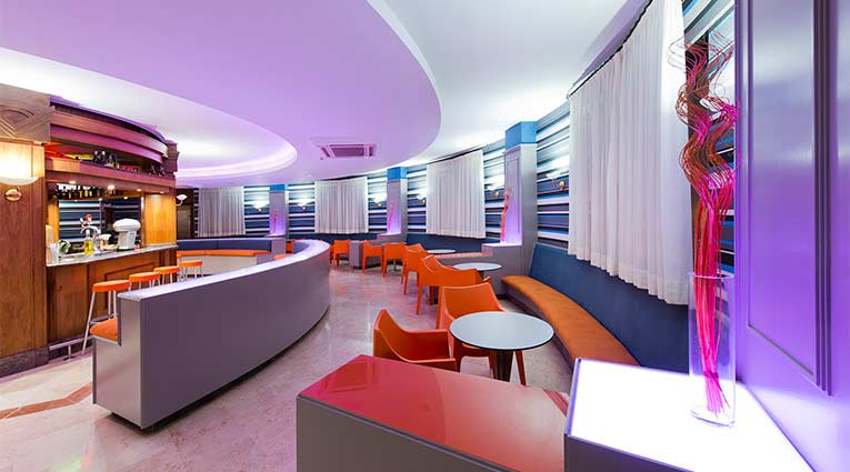 Vista del bar cafetería del hotel