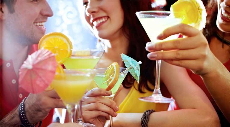 Grupo de personas bebiendo cócteles