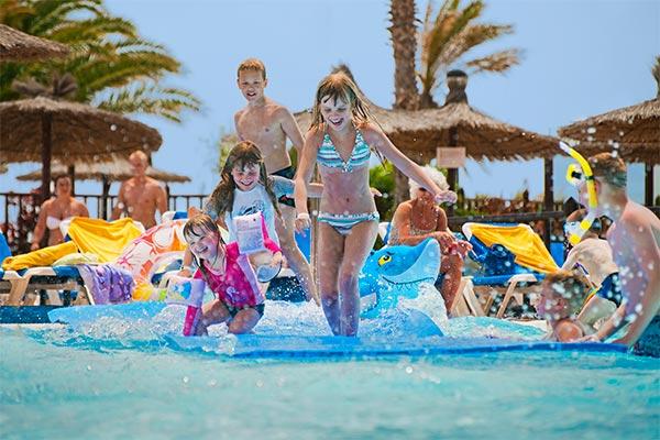 Niños divirtiéndose en la piscina