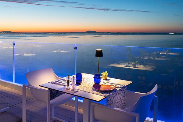 Mesa para dos con vista al mar mediterráneo terraza restaurante The Bow