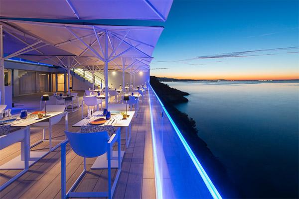Vista amanecer mar mediterráneo desde las mesas restaurante The Bow
