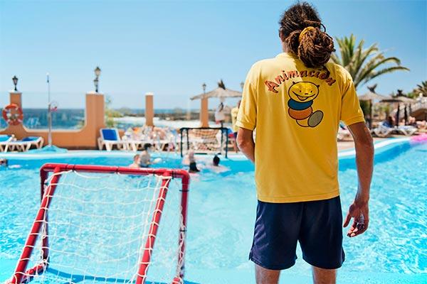 Animador en la piscina