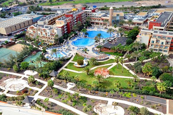 Vista aérea del hotel y la piscina