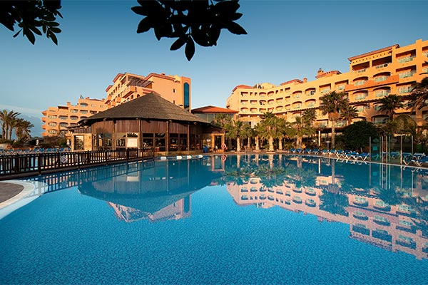 Piscina del hotel Elba Sara con edificio al fondo