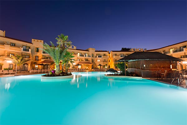 Vista nocturna piscina del hotel