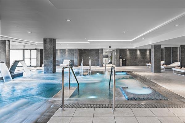 Vista de la piscina interior agua salada Thalasso Spa