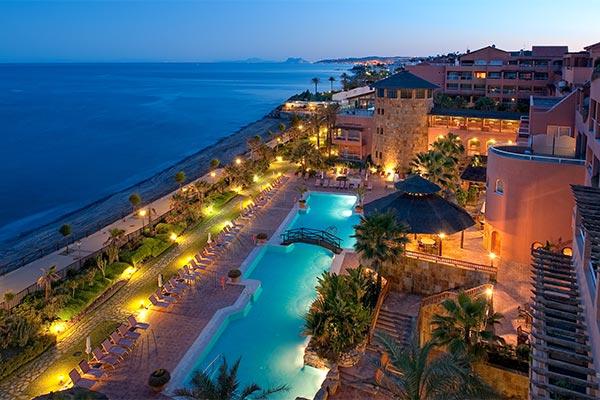 Vista nocturna del Elba Estepona Gran Hotel & Thalasso Spa