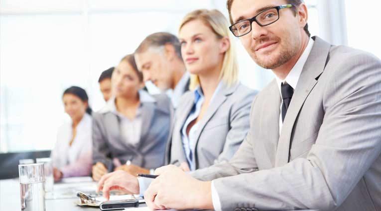 Ejecutivos en una mesa de reunión