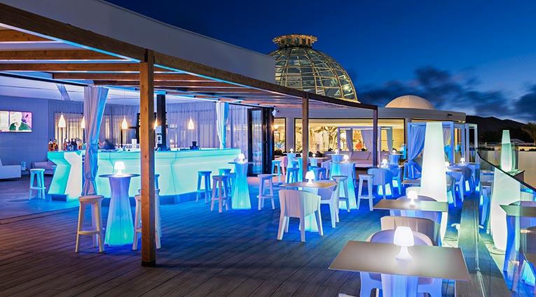 Vista nocturna de la terraza bar el mirador