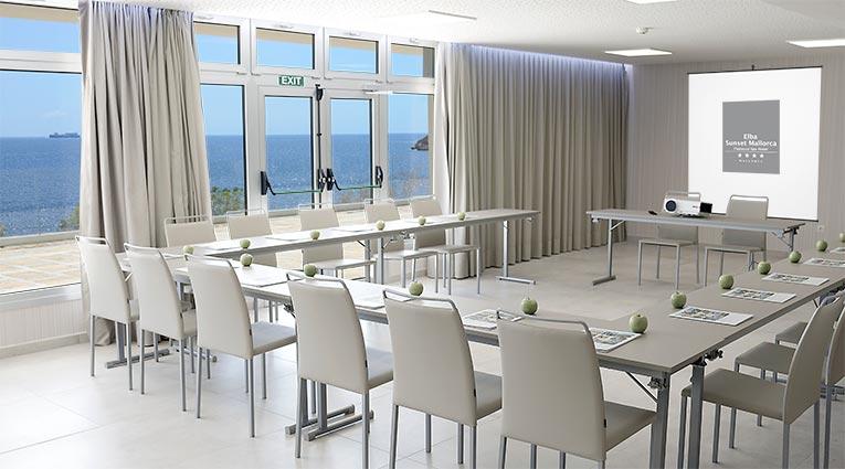 Vista sala reunión forma de U con vista al mar