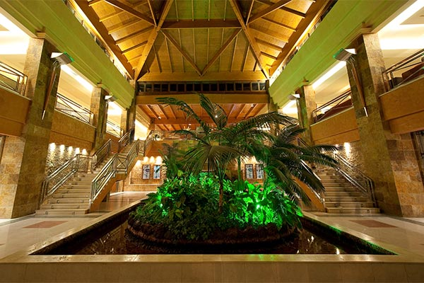 Escaleras de bajada al Lobby del hotel
