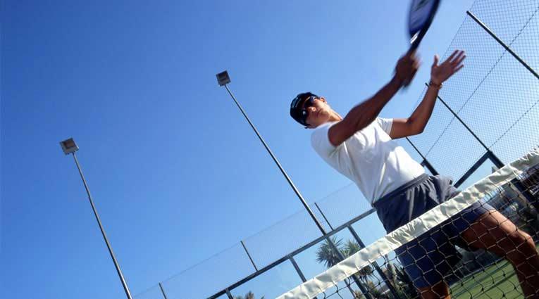 Jugador de tenis en las pistas deportivas del hotel