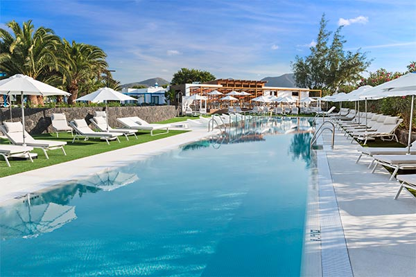 Vista de la piscina solo para adultos en Elba Premium Suites