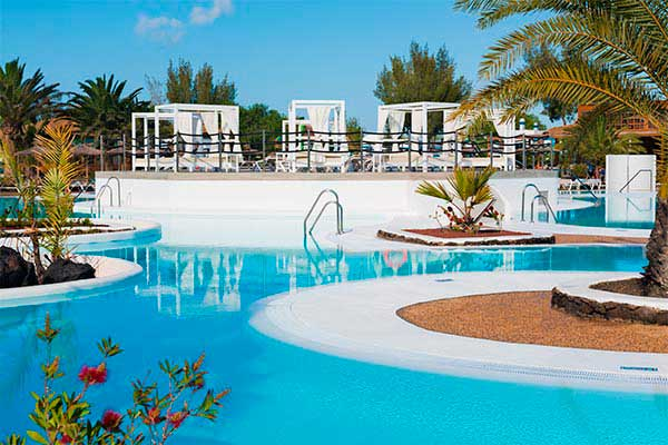 Camas balinesas piscina