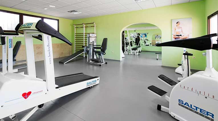 Sala de fitness gimnasio del hotel