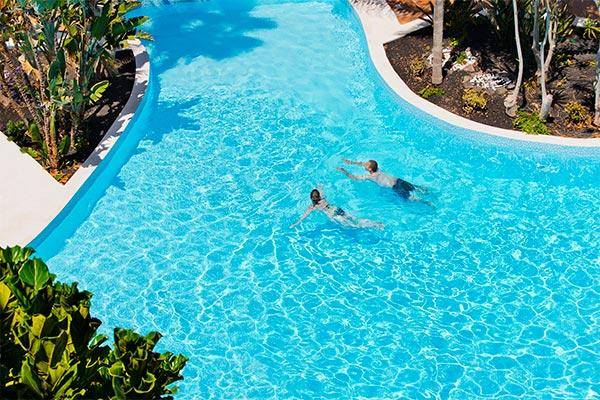 Huéspedes nadando en la piscina
