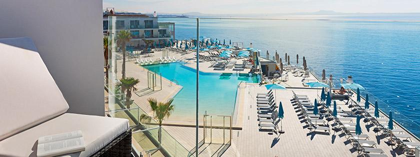 Habitación doble Artemisa vista mar y piscina.