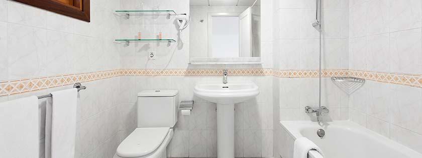 Baño del Apartamento 2 dormitorios - Castillo San Jorge & Antigua