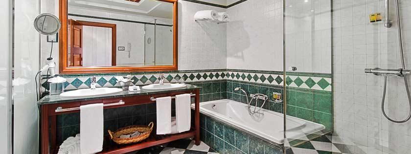 Baño habitación doble Deluxe en Elba Palace Golf