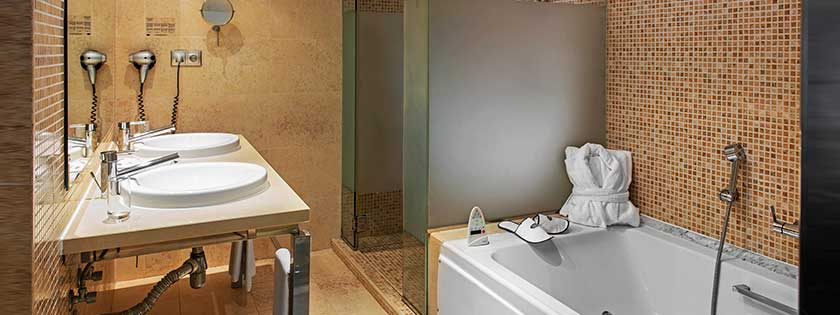 Baño de la Suite Hotel Elba Carlota