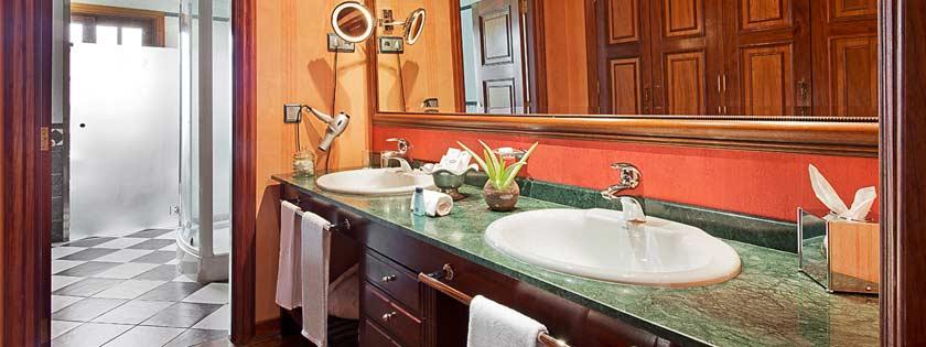 Completo baño en habitación Suite del Hotel Elba Palace Golf