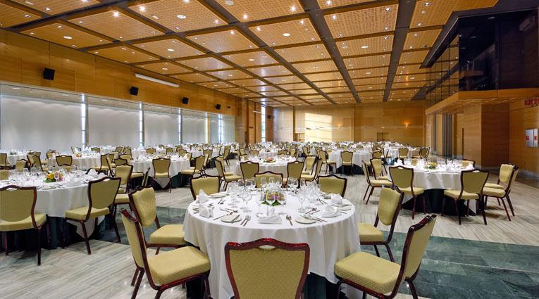Vista de salón con montaje de mesas para boda