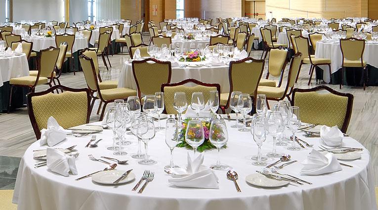 Vista montaje de mesas para comunión