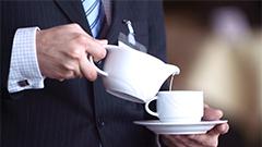 Ejecutivo sirviéndose café