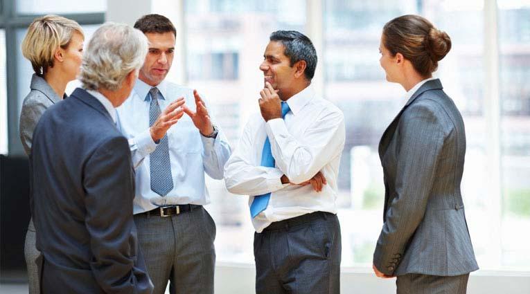 Grupo de ejecutivos hablando