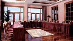 """Sala de reuniones con mesas en """"U"""""""