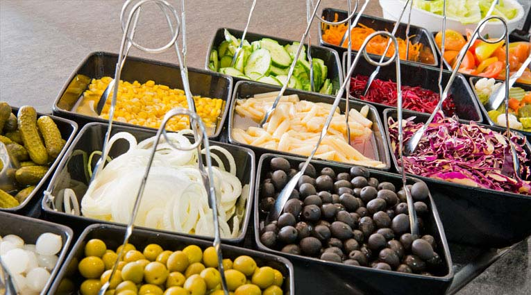 Bodegón de aperitivos y verduras