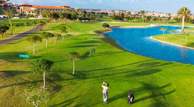 Vista panorámica del campo de golf y club de golf
